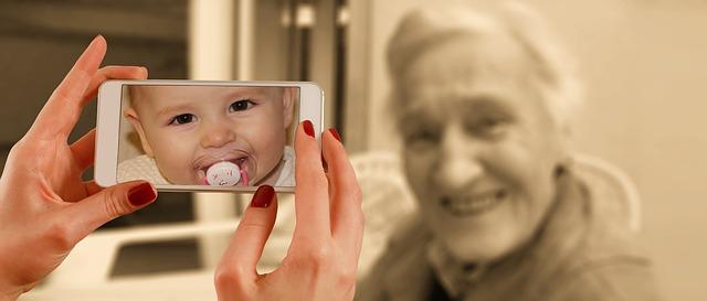 secret d&#39;un visage plus jeune &quot;width =&quot; 640 &quot;height =&quot; 273 &quot;/&gt; </p> <p> Quand on est jeune , votre peau est ferme et résiliente, en vieillissant, votre peau perd ces deux caractéristiques essentielles, en grande partie en raison de la réduction des quantités de collagène, d&#39;élastine et d&#39;acide hyaluronique qui se produisent naturellement dans la peau. Plus vieux, nous produisons moins des trois: le collagène et l&#39;élastine forment une «matrice» ou un «échafaudage» spécial pour votre peau, la soutiennent et l&#39;aident à «rebondir» et à maintenir son élasticité et sa fermeté. en lui donnant une plénitude qui aide à k les lignes fines ridées et les rides à la baie. </p> <p> Pour aggraver les choses, le vieillissement provoque également une baisse naturelle de la production d&#39;huile naturelle de votre peau. Même si vous avez souffert d&#39;un nez et d&#39;un menton perpétuellement brillants chez vos adolescents et vos 20 ans, vous pouvez toujours développer une peau sèche dans la quarantaine et au-delà. De plus, vous perdez de la graisse faciale naturelle et même des os à mesure que vous vieillissez, en particulier autour de la bouche et de la mâchoire et dans les joues. Cela signifie que la forme de votre visage peut changer de façon subtile, exacerbant l&#39;affaissement de vos bajoues et de la face inférieure tout en donnant à vos joues une apparence évidée qui peut vous donner l&#39;air fatigué et hagard. De plus, des années de soleil et de dommages environnementaux et toute une vie de stress chronique, de maladies et même de mauvaises habitudes comme une mauvaise alimentation entraînent un teint et une texture inégaux tout en facilitant la pénétration des rides et ridules </p> <p> Oui, c&#39;est beaucoup de facteurs à considérer lorsque vous essayez d&#39;éviter les changements liés à l&#39;âge de votre visage. Mais ne vous découragez pas &#8211; c&#39;est en fait plus facile que vous pensez de gérer tous ces changeme